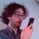 Thomas erschrickt sich vor seinem Telefon